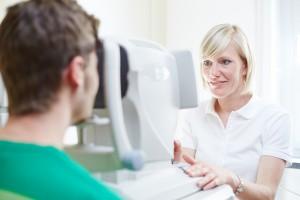 Augenärztin Dr. med. Eva Haid in der Untersuchung